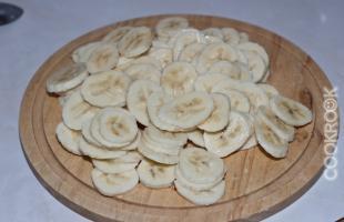 Банановый пирог под шоколадным соусом