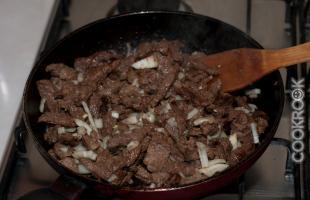 жареное мясо с луком