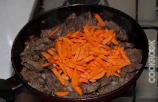 жареное мясо с морковью