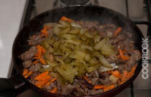 жареное мясо с луком, морковью и соленым огурцом