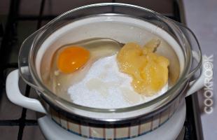 яйцо, сахар, мед на паровой бане