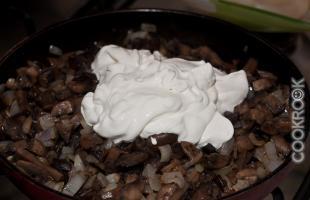 жаренные грибы с луком и сметанной