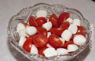 сыр моцарелла и томаты черри