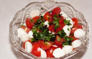 томаты черри, сыр моцарелла, базилик
