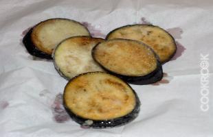 жареные баклажаны на салфетке