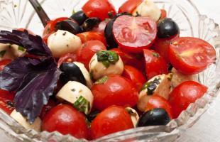 Салат с томатами черри, моцареллой и маслинами