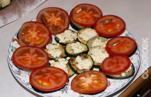 Закуска из баклажанов и цукини с помидорами, чесноком и сыром