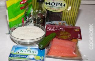 Ингредиенты (рис, форель, нори, сыр, огурец, васаби, соевый соус)