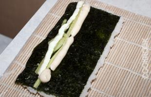 процесс приготовления суши роллов