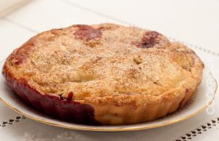 Сочный яблочный пирог с ежевикой