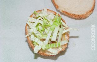 булочка с горчицей, кетчупом хайнц, соленым огурцом, репчатым луком и капустой