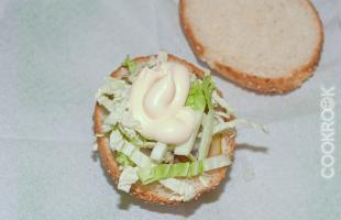 булочка с горчицей, кетчупом хайнц, соленым огурцом, репчатым луком, капустой