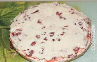 бисквит со сливками и клубникой