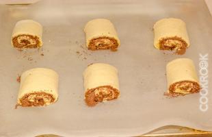 булочки с шоколадом и заварным кремом перед выпеканием