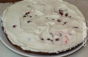 шоколадный бисквит с вишней и сливками
