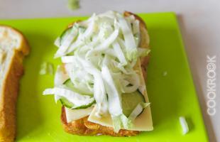 хлеб с огурцом, капустой и луком