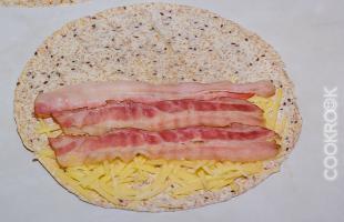 бекон и сыр на лепешке тортилья