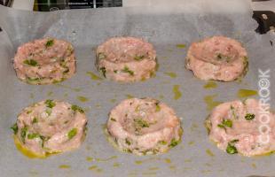 куриные биточки перед духовкой