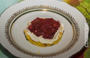 бисквит со взбитыми сливками и земляничным пюре