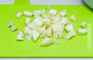 яблоки, резанные кубиками, для шарлотки