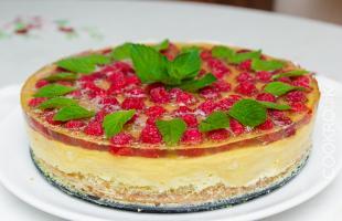 торт со свежей малиной и сливочным кремом