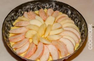 яблочный пирог перед духовкой