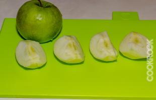 очищенные яблоки дольками