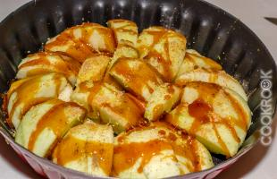 яблоки с карамелью, мускатным орехом и корицей