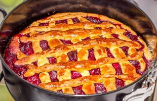 вишневый пирог из песочного теста со сметаной