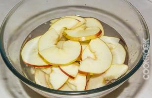 яблоки в воде с лимонным соком