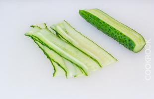 свежий огурец для украшения салата