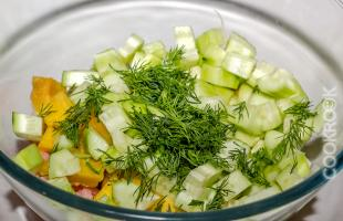 салат из манго с креветками и огурцами