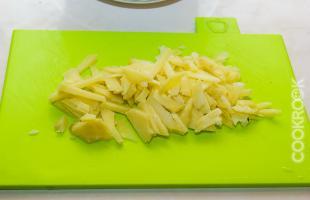 отварной картофель, нарезанный соломкой