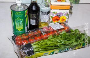 Продукты для салата с томатами черри.