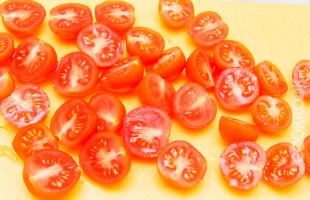 половинки томатов черри