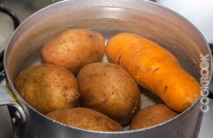 отварной картофель и морковь
