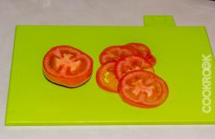 помидор, нарезанный кольцами