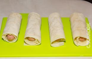 трубочки из лаваша, картофельного пюре и сосиски