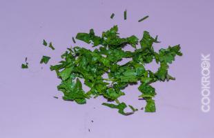 зелень кинзы, мелко нарезанная
