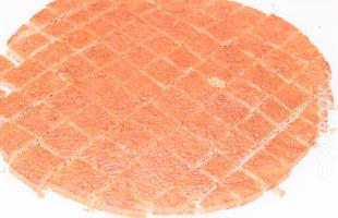 разрезанный бисквитный корж