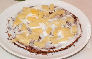 бисквит, крем и ананас