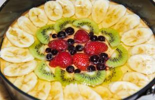 Запеканка творожная с фруктами