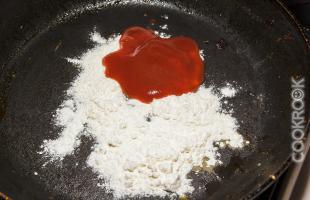 томатный соус и мука