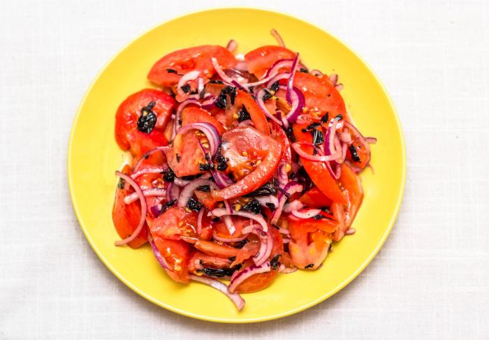 Рецепт узбекского салата с помидорами, луком и базиликом «Шакароб»