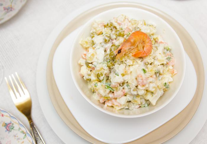 Салат с креветками и горошком