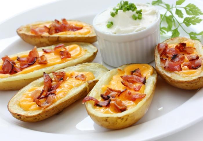 Картофель в мундире, запеченный в духовке с беконом