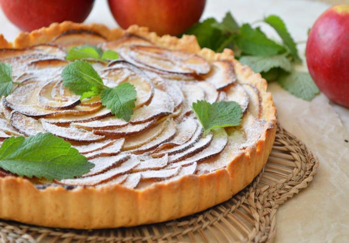 Яблочный пирог из песочного теста с творожной начинкой
