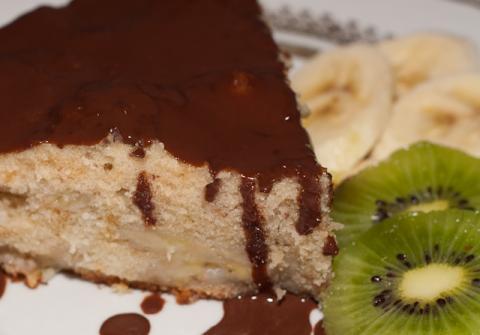 Банановый пирог под шоколадном соусом