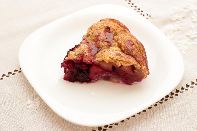 Рецепт сочного яблочного пирога с ежевикой
