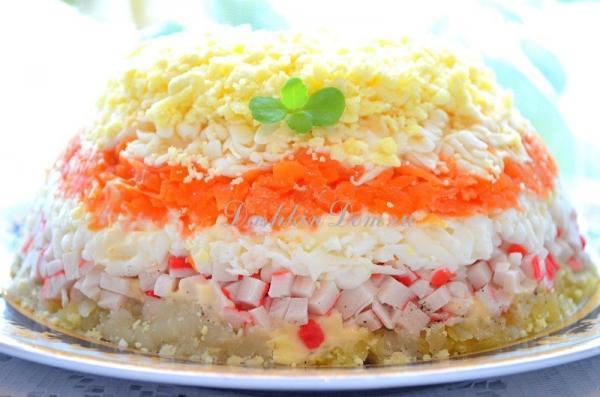 Салат с крабовыми палочками и яйцами «Нежность»